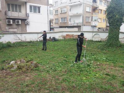Ученици и учителипочистиха двора на къщата на своя патрон - СУ Никола Войводов - Враца